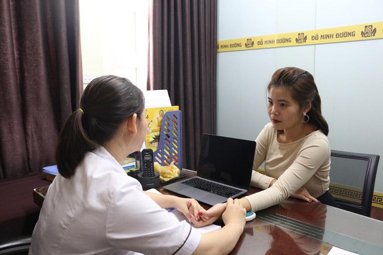 Chị Mai được BS Hằng tại nhà thuốc thăm khám và điều trị bệnh viêm âm đạo