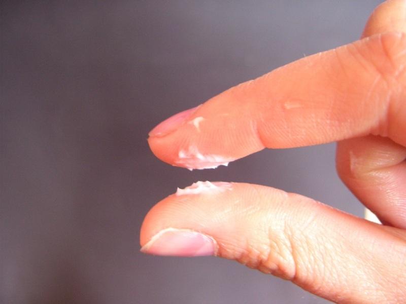 Âm đạo xuất hiện dịch nhầy màu trắng hoặc vàng, có mùi hôi
