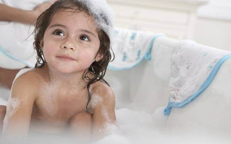 Trước khi tắm hay vệ sinh vùng kín cho trẻ nhỏ, các bố mẹ cần rửa tay sạch, tránh để lây vi khuẩn từ bên ngoài vào